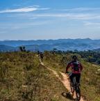 Faire du vélo sur des terrains accidentés: les avantages du VTT tout suspendu